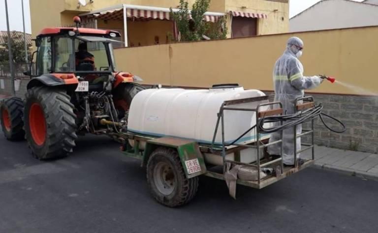 Se desmejora el campo, pero los tractores continúan desinfectando ciudades