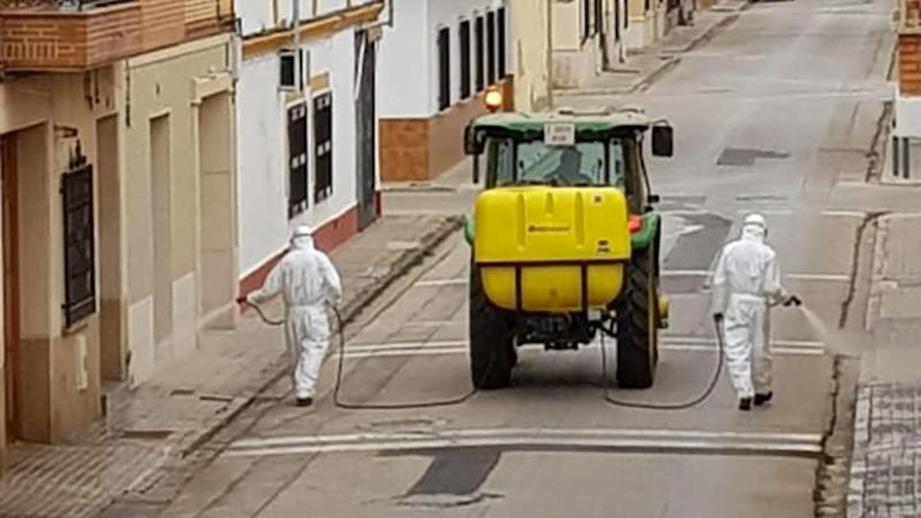 Con tractores combaten el Coronavirus en toda España